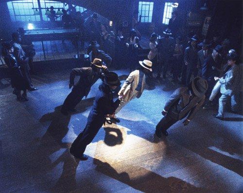 Alcune mosse di danza di Michael Jackson sembrano sfidare le leggi di  gravità e sono diventate un cult per molti fan. Tanti hanno provato a  ballare come lui ... 3e405871d23f