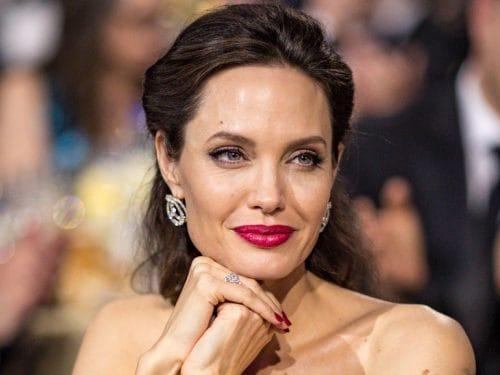 Questa immagine ha l'attributo alt vuoto; il nome del file è Angelina-Jolie-cover-mobile-500x375.jpg