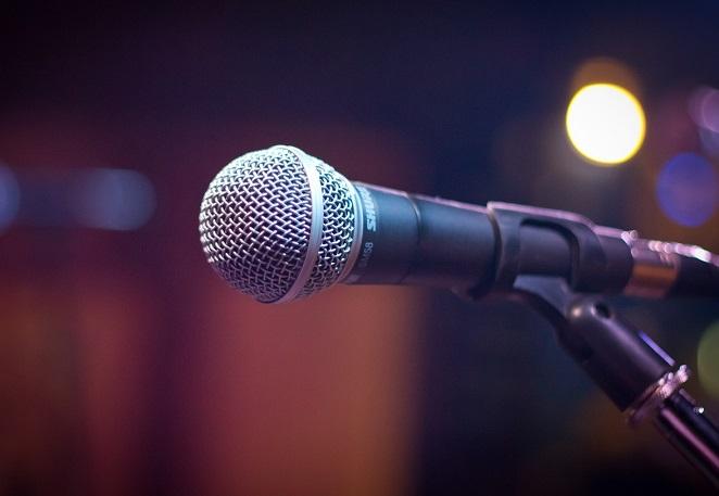 Questa immagine ha l'attributo alt vuoto; il nome del file è musica-microfono.jpg